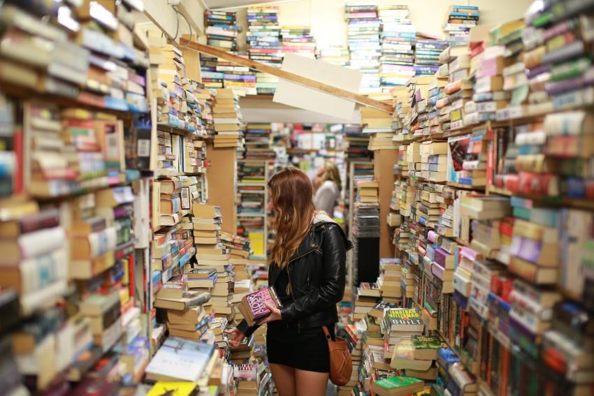 Ici, une femme qui cherche dans une librairie (mais que cherche-t-elle ? Mystère).